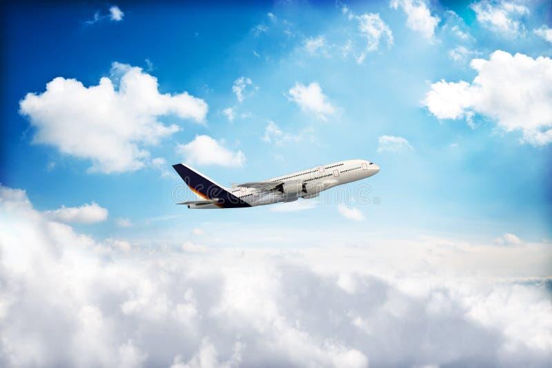 Avião do jato que repica através das nuvens imagem de stock