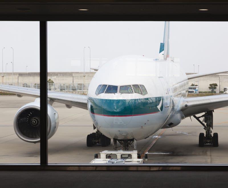 Avião do passageiro de Cathay Pacific no aeroporto imagens de stock royalty free