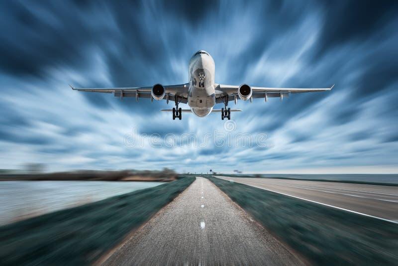 Avião e estrada com efeito do borrão de movimento em nublado foto de stock royalty free