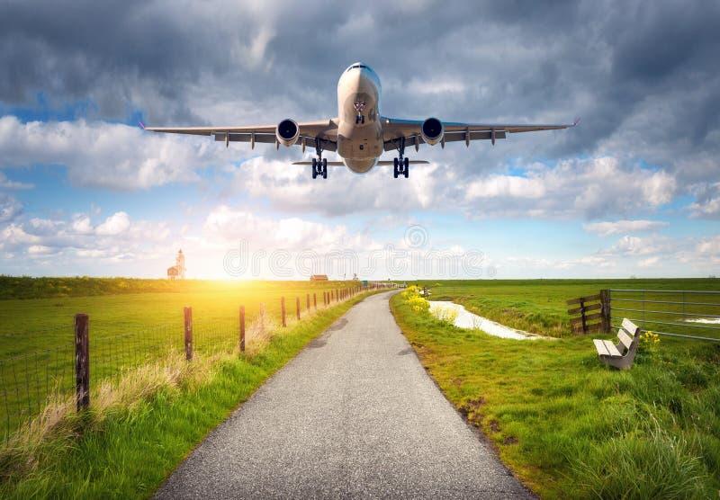 Avião e estrada rural no por do sol imagem de stock