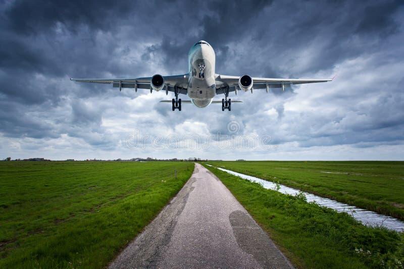 Avião e estrada secundária Paisagem imagem de stock royalty free