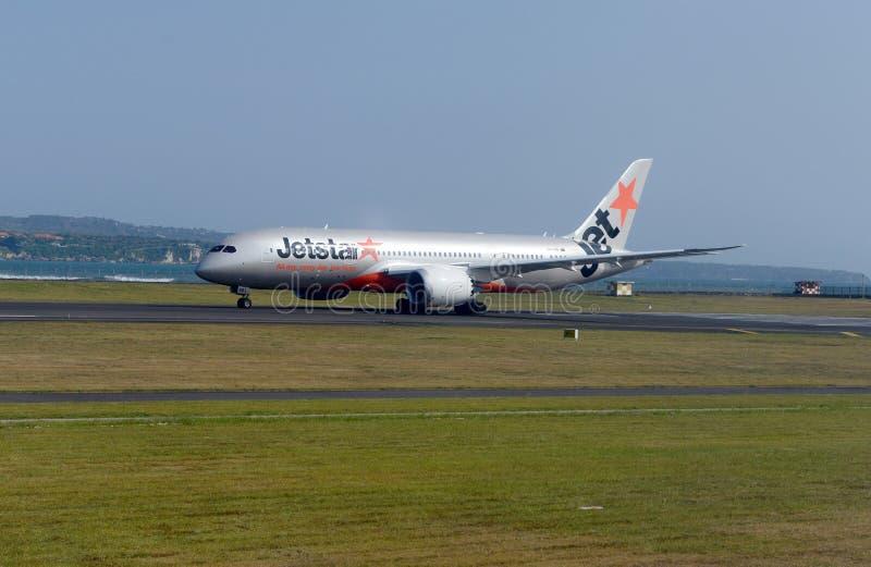 Avião em sua pista de decolagem no aeroporto fotografia de stock royalty free