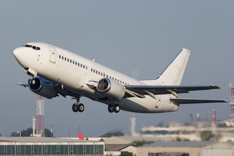 Avião estreito branco do jato do corpo fotos de stock royalty free