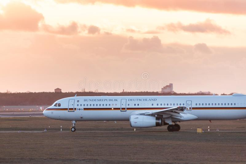 Avião federal alemão no aeroporto Berlim Alemanha de tegel imagens de stock royalty free