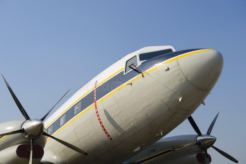 Avião gêmeo velho da turboélice do motor fotografia de stock