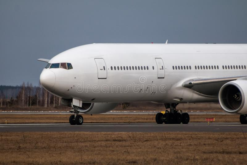 Avião largo branco taxiing do passageiro do corpo do close-up foto de stock
