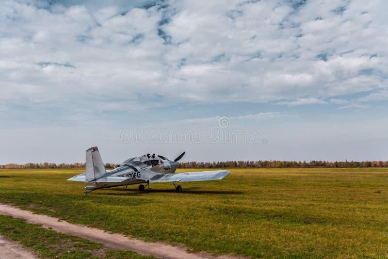 Avião leve no campo da decolagem foto de stock royalty free