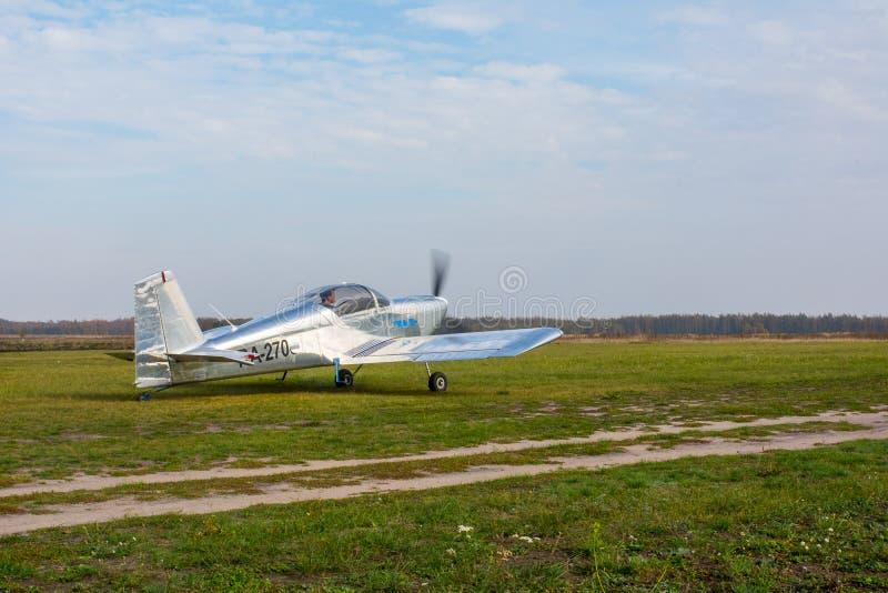 Avião leve no campo da decolagem imagem de stock