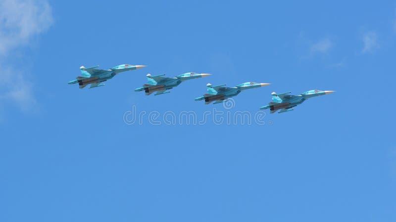 Avião militar do russo e bombardeiros de lutador dos helicópteros em voo fotografia de stock royalty free