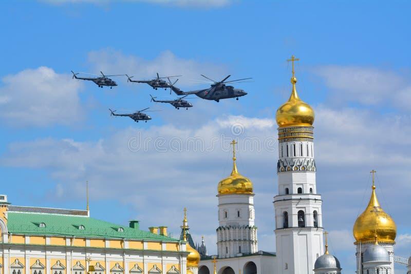 Avião militar do russo e bombardeiros de lutador dos helicópteros em voo fotos de stock