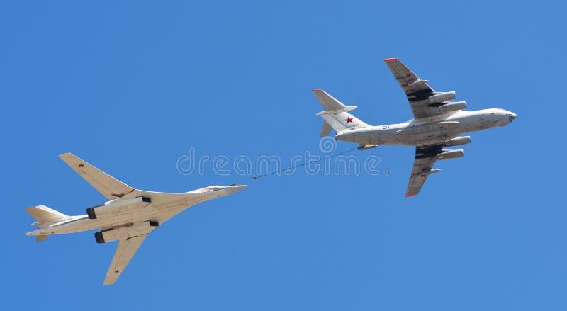 Avião militar do russo e bombardeiros de lutador dos helicópteros em voo foto de stock royalty free