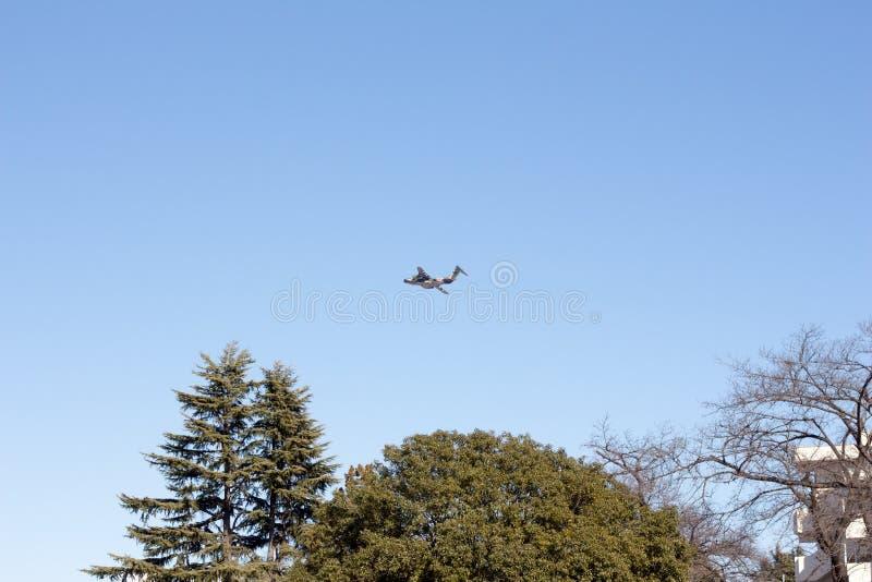 Avião militar japonês que voa sobre um parque imagem de stock