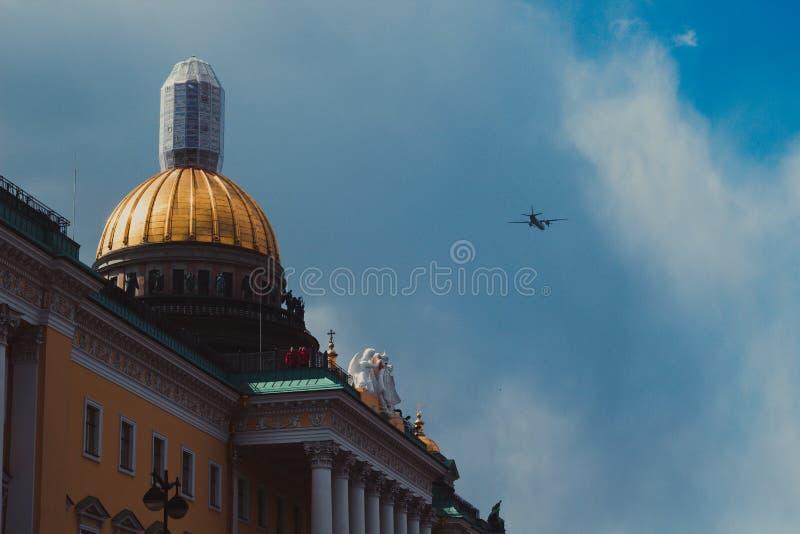 Avião militar no céu sobre St Petersburg imagem de stock