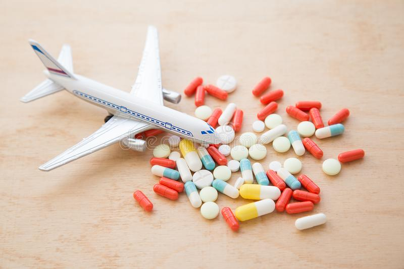 Avião modelo com os comprimidos coloridos dos clos do enjoo foto de stock royalty free