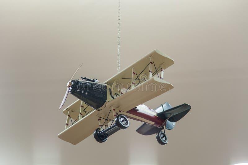 Avião modelo de madeira em um fundo cinzento imagens de stock