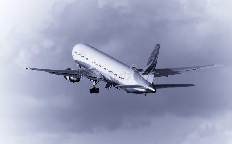 Avião na decolagem imagens de stock