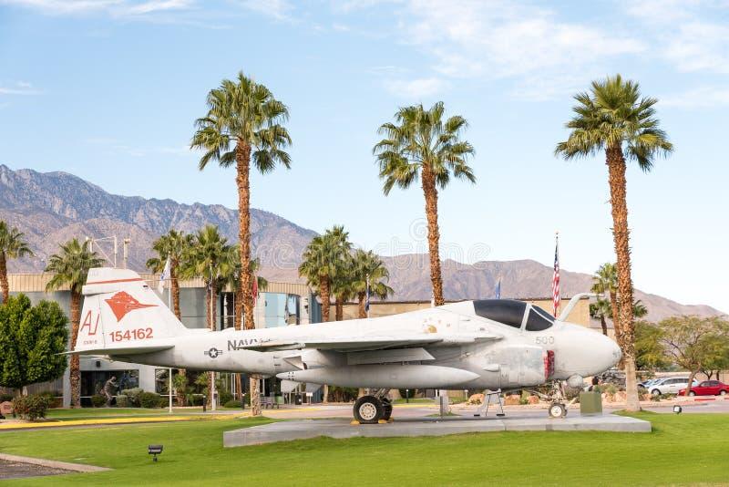 Avião na frente do museu do ar do Palm Springs fotos de stock