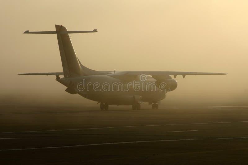 Avião na névoa imagens de stock