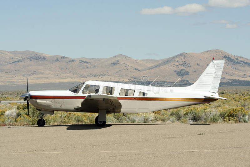 Avião na pista de aterragem do deserto imagens de stock royalty free