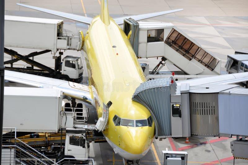 Avião na porta fotografia de stock