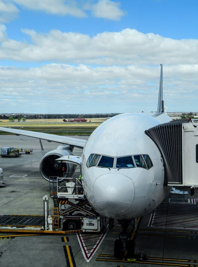 Avião no aerobridge do terminal da chegada foto de stock