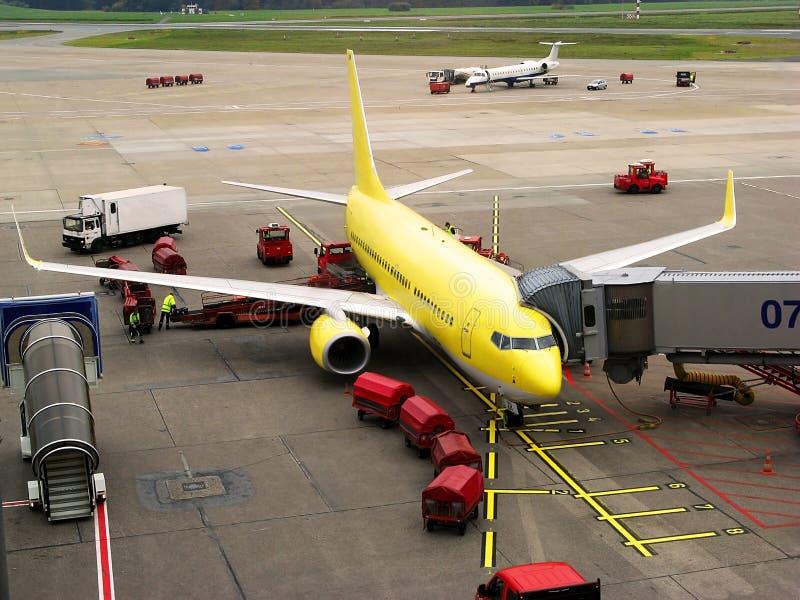 Avião no aeroporto imagens de stock