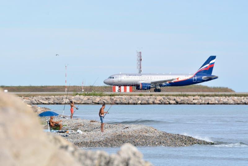 Avião no aeroporto de Azur da Agradável-costa fotografia de stock