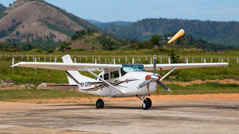 Avião no aeroporto de Busuanga na ilha Coron, Filipinas fotografia de stock royalty free