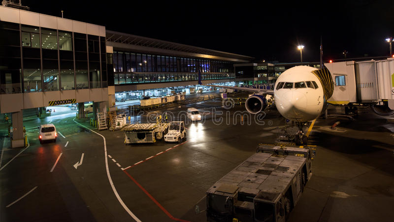 Avião no aeroporto internacional do Tóquio fotografia de stock