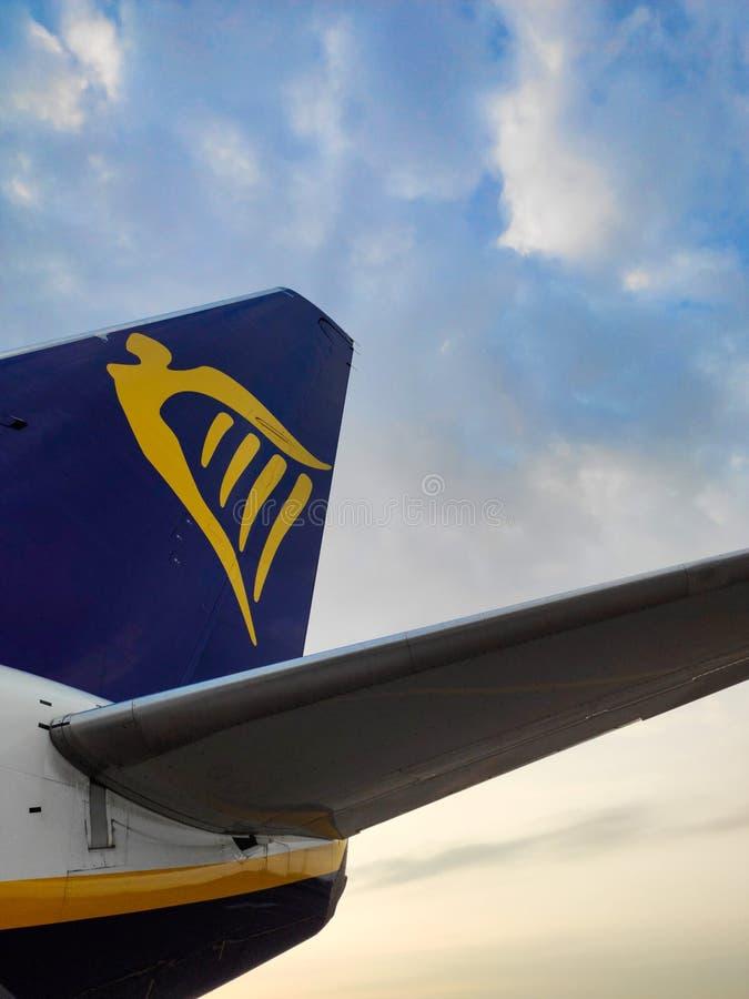 Avião no aeroporto Partes de um avião Airline Ryanair imagens de stock