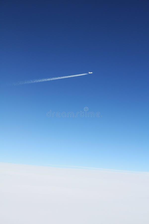 Avião no céu azul fotografia de stock royalty free