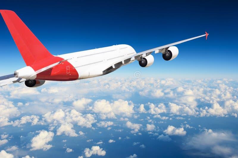 Avião no céu no dia fotografia de stock royalty free