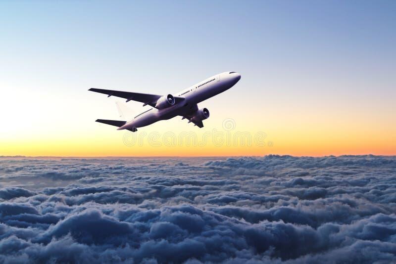 Avião no céu no nascer do sol imagem de stock royalty free