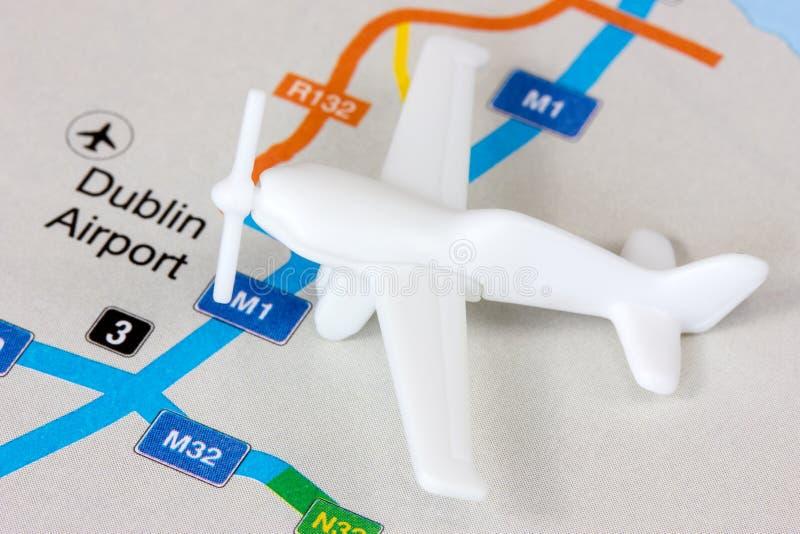 Avião no mapa imagens de stock royalty free