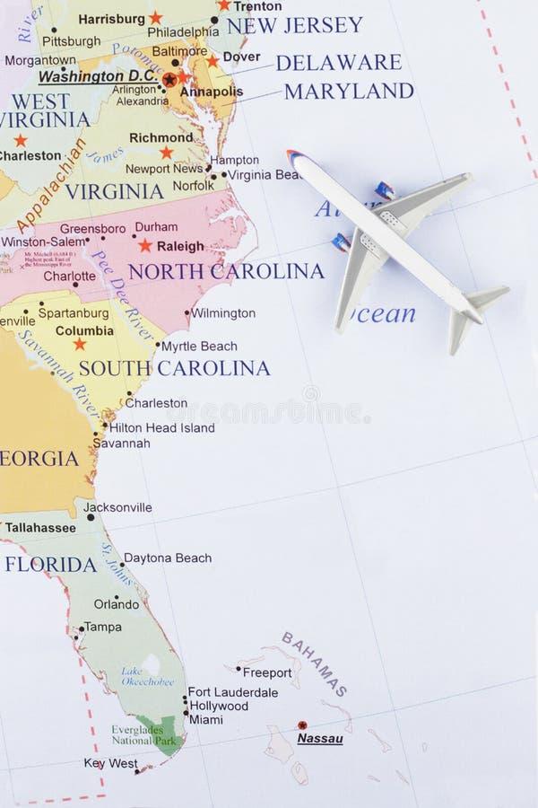 Avião no mapa imagens de stock