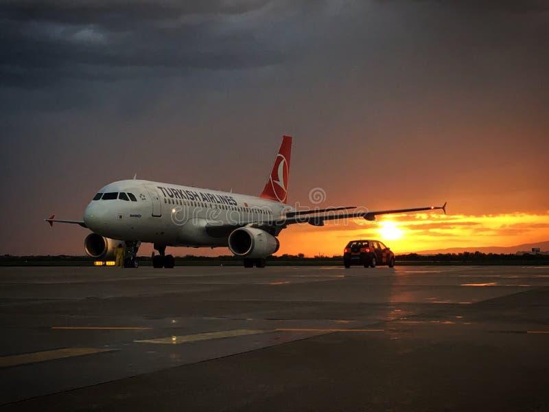 Avião no por do sol fotografia de stock royalty free