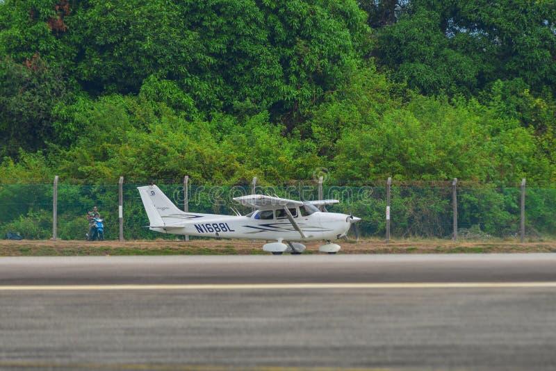 Avião privado que taxiing na pista de decolagem fotos de stock royalty free