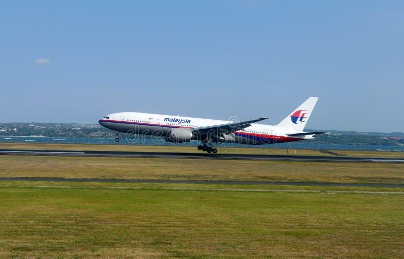 Avião que descola no aeroporto foto de stock