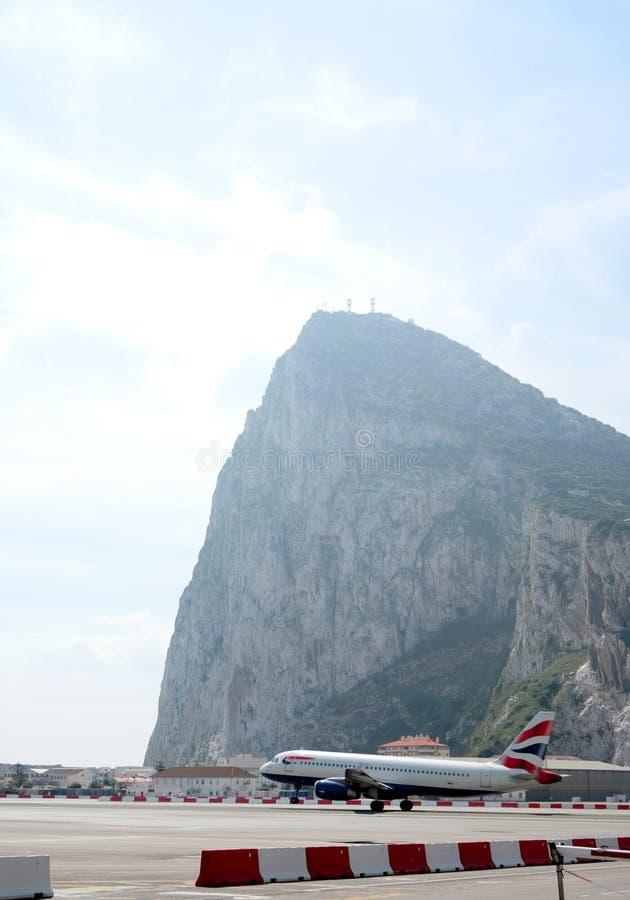 Avião que descola no aeroporto de Gibraltar imagens de stock royalty free