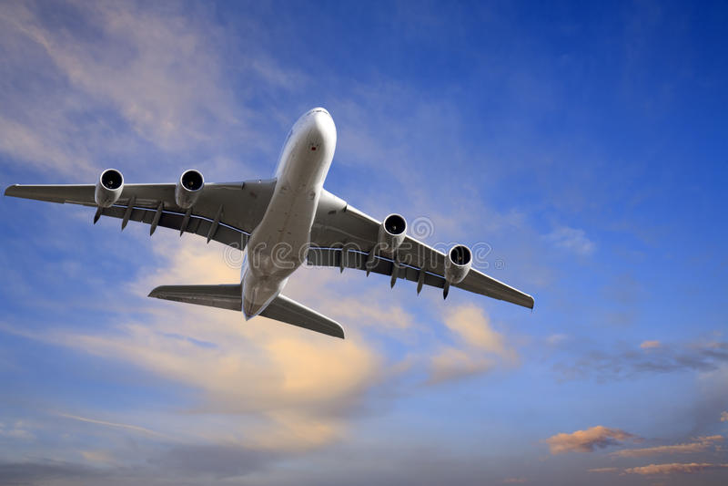 Avião que descola no crepúsculo bonito fotos de stock