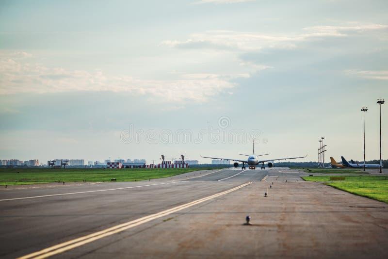 Avião que taxa na pista de decolagem imagens de stock