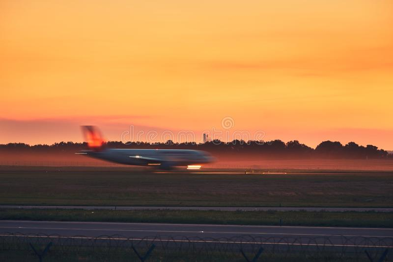 Avião que taxiing à pista de decolagem fotografia de stock royalty free
