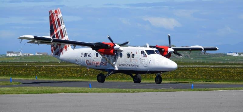 Avião que taxiing no aeroporto da ilha imagem de stock royalty free