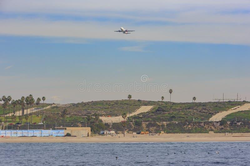 Avião que voa para fora imagens de stock royalty free