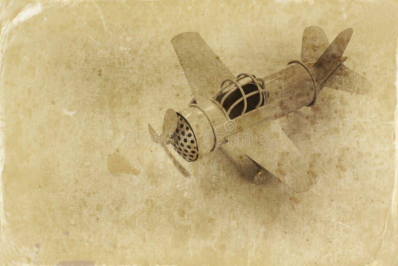 avião retro do brinquedo sobre a tabela de madeira Filtro da foto do estilo antigo fotos de stock