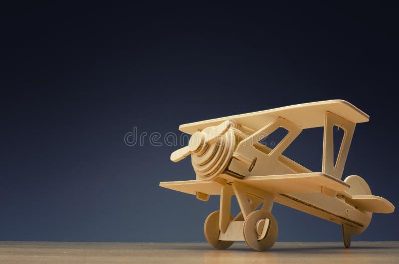 Avião retro no fundo de madeira da tabela para o conceito do curso imagens de stock
