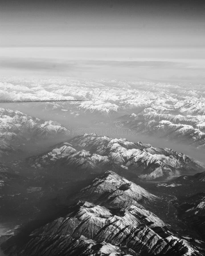 Avião sobre as montanhas foto de stock