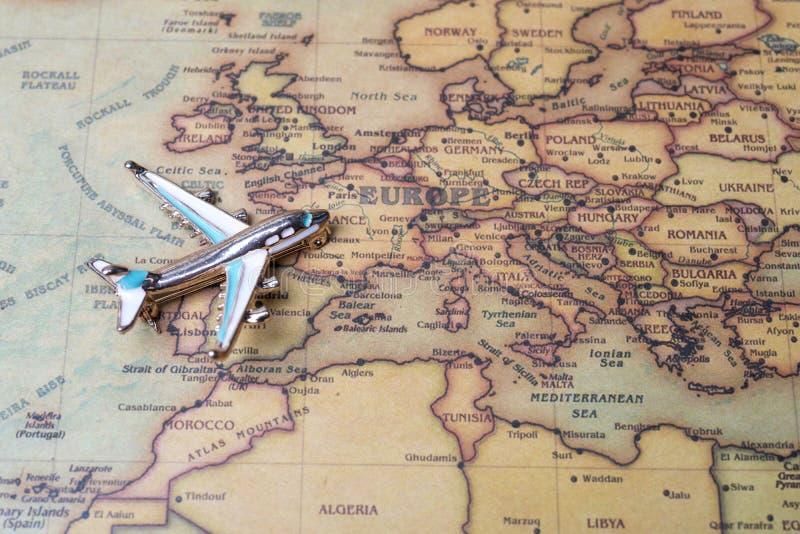 Avião sobre o mapa do close-up de Europa foto de stock