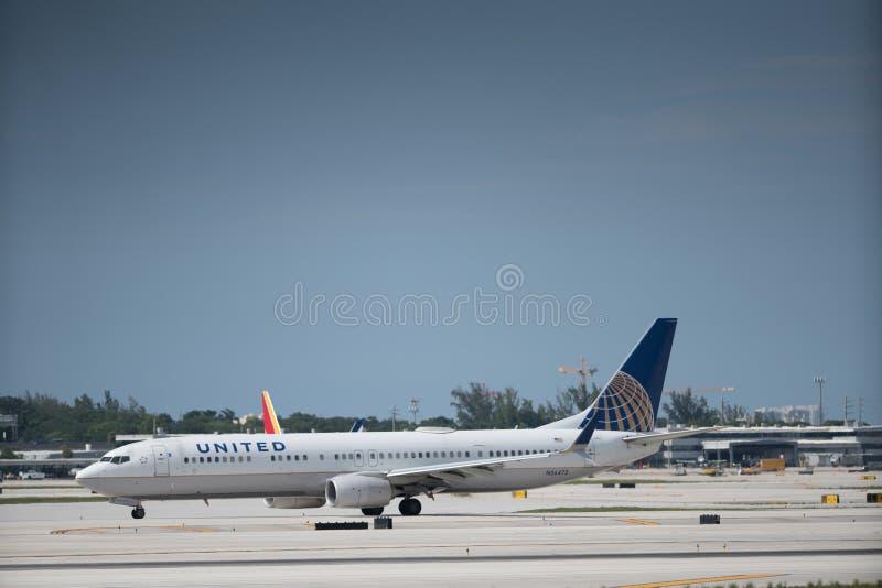 Avião unido que Taxiing na pista de decolagem em FLL foto de stock royalty free