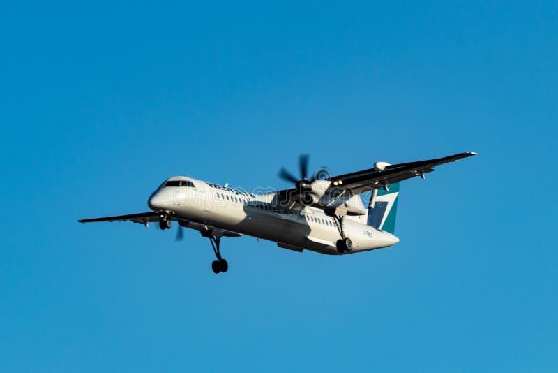 Avión corto de Westjet del apoyo de turbo de la distancia que se prepara para aterrizar en Pearson International Airport, Toronto fotografía de archivo